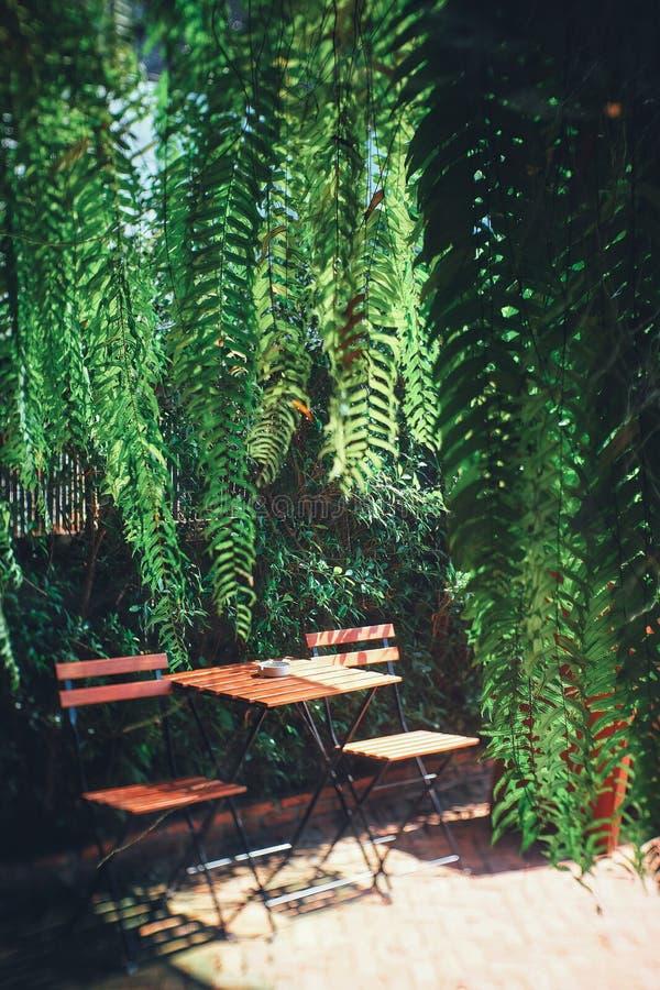 Tabella e sedia nel negozio del caffè immagine stock