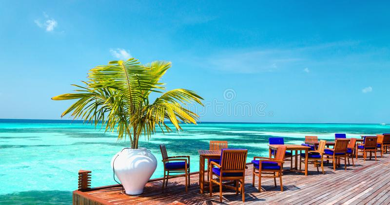 Tabella e sedie al ristorante dell'acqua, Maldive immagine stock libera da diritti
