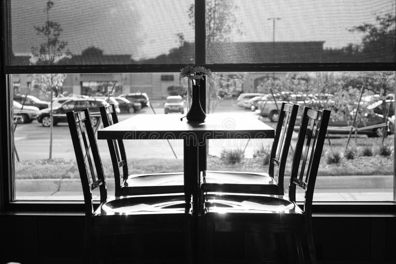 Tabella e sedie in bianco e nero del ristorante fotografia stock libera da diritti