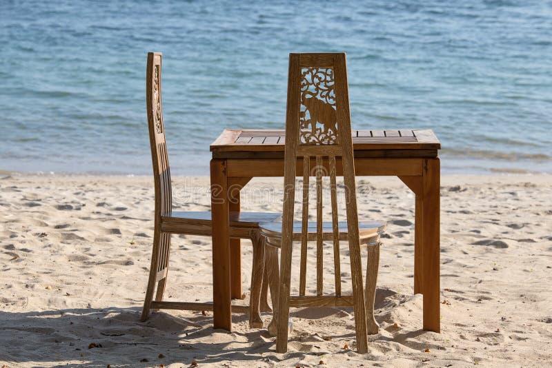 Tabella e sedie con una bella acqua di mare sull'isola Koh Chang, Tailandia fotografia stock libera da diritti