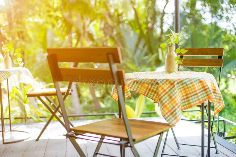Tabella e sedie di legno con acciaio nella caffetteria immagine stock
