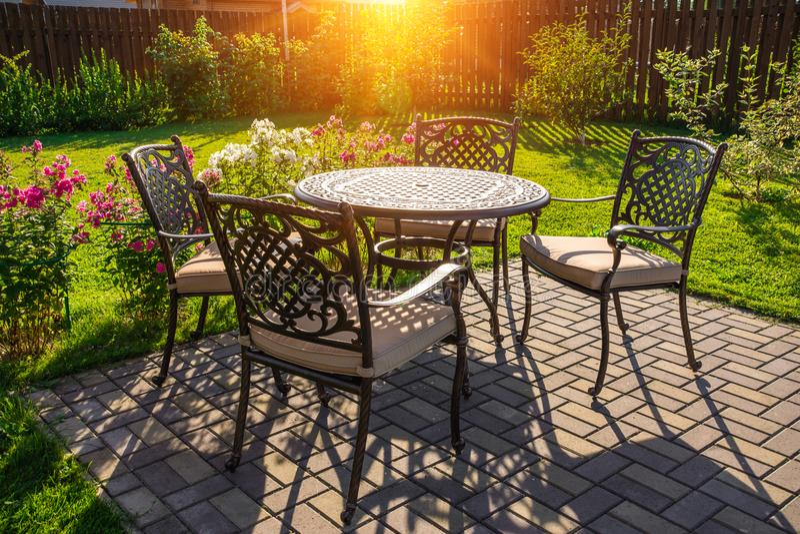 Tabella e sedie in giardino della casa di campagna fotografia stock