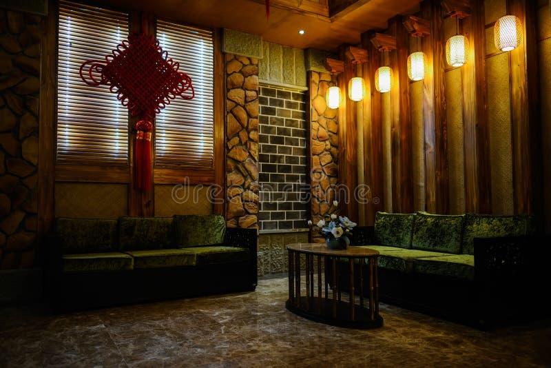 Tabella e sofà alla luce calda di sala di attesa fotografie stock