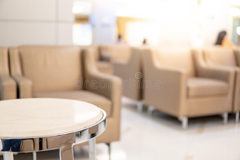 Tabella e sofà nel rifugio dell'ospedale di lusso fotografia stock libera da diritti