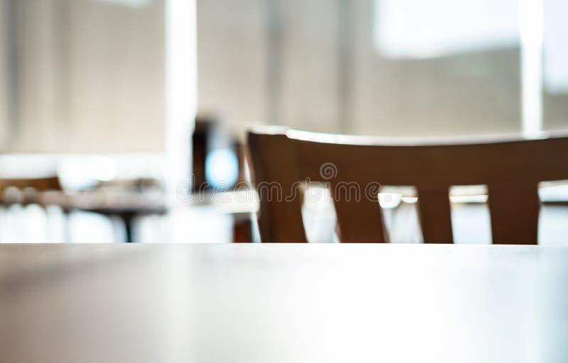 Tabella ed interno vuoto della sedia di un ristorante o di una barra moderno immagine stock