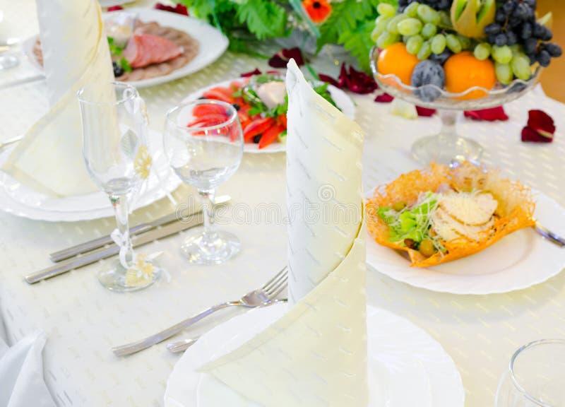Tabella festiva del ristorante immagini stock libere da diritti