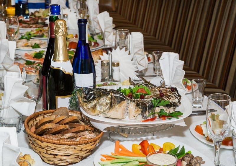 Tabella festiva Pesci di Gefilte fotografie stock libere da diritti