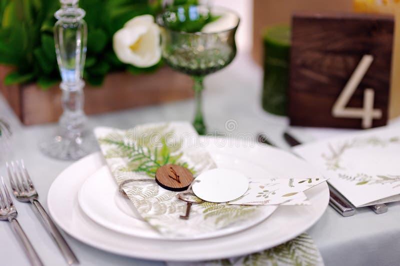 Tabella messa con i fiori naturali per il ricevimento nuziale fotografia stock libera da diritti