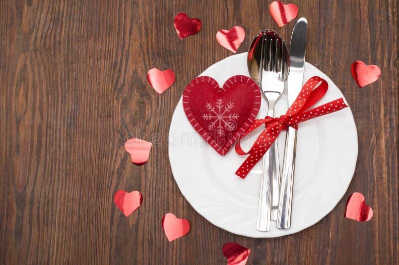 Tabella messa per il San Valentino di celebrazione Regolazione di posto di legno con il cuore rosso fotografie stock libere da diritti