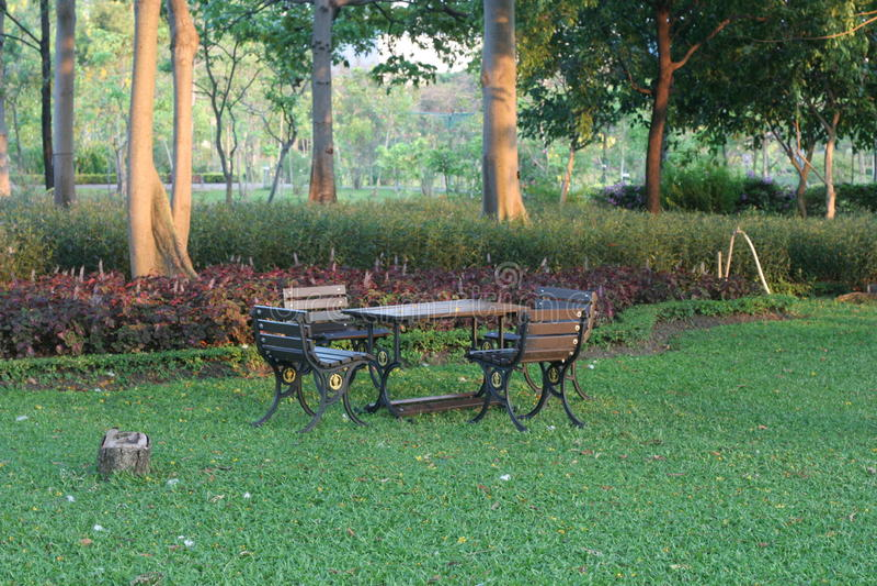 Tabella nel giardino fotografie stock libere da diritti