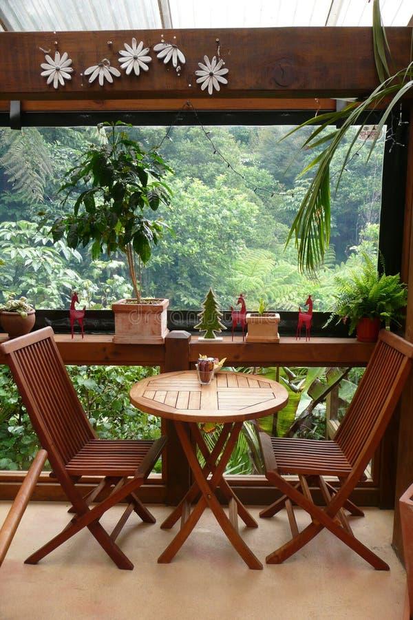 Tabella per due al caffè esterno del giardino fotografia stock libera da diritti