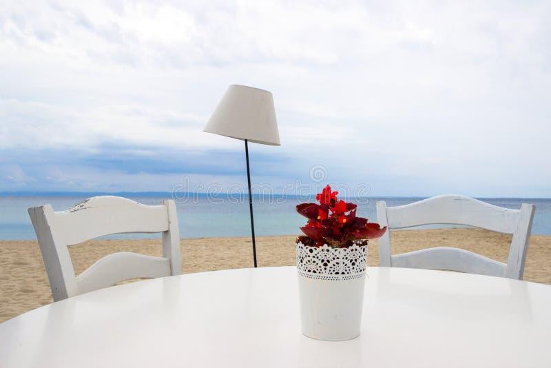 Tabella per due sulla spiaggia fotografie stock