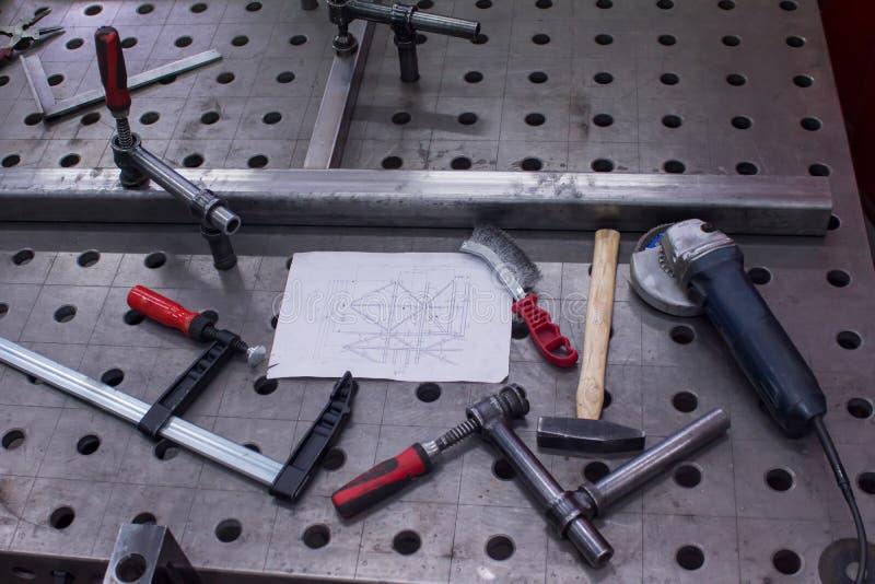 Tabella per l'installazione delle costruzioni metalliche fotografia stock libera da diritti