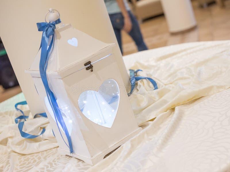 Tabella per la torta nunziale con la lanterna decorata fotografie stock libere da diritti