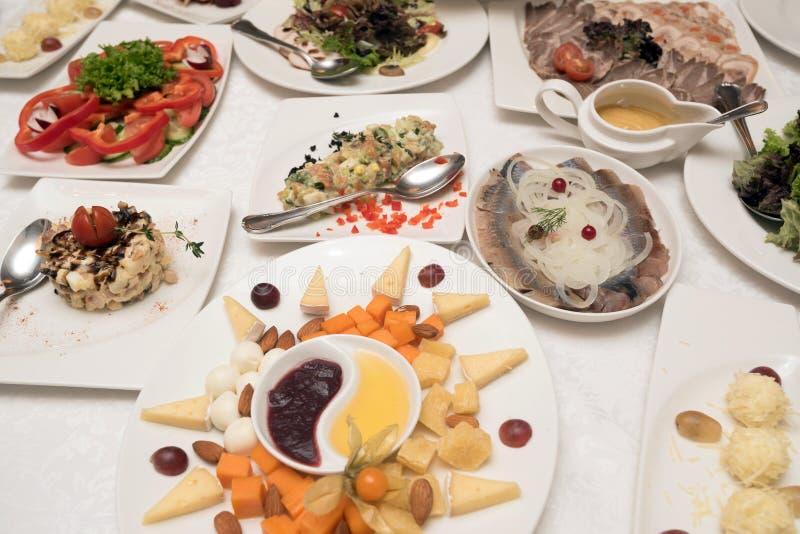 Tabella in pieno di alimento casalingo fotografie stock libere da diritti