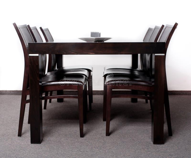 Tabella pranzante rifinita di legno moderna immagine stock