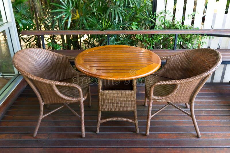 Download Tabella - sedie di vimini immagine stock. Immagine di domestico - 30830839