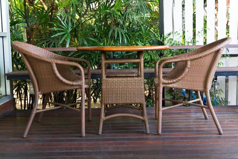 Download Tabella - sedie di vimini immagine stock. Immagine di vetro - 30830939