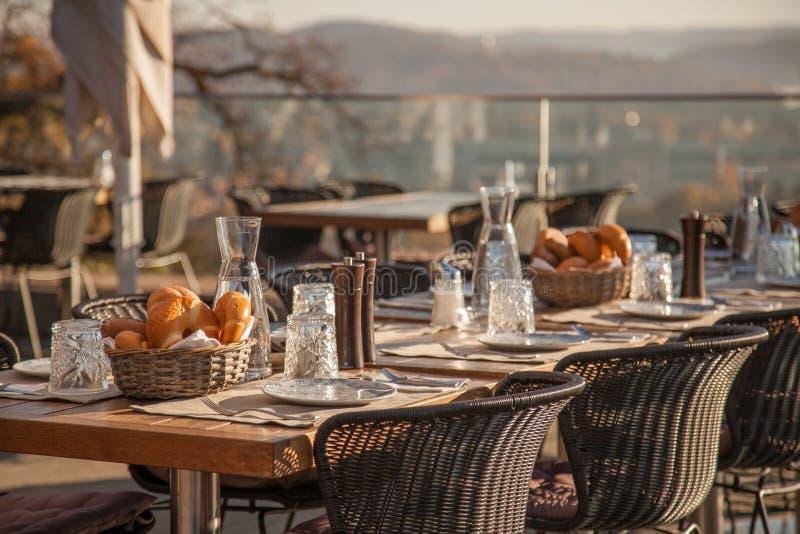 Tabella servita al caffè del terrazzo di estate immagine stock