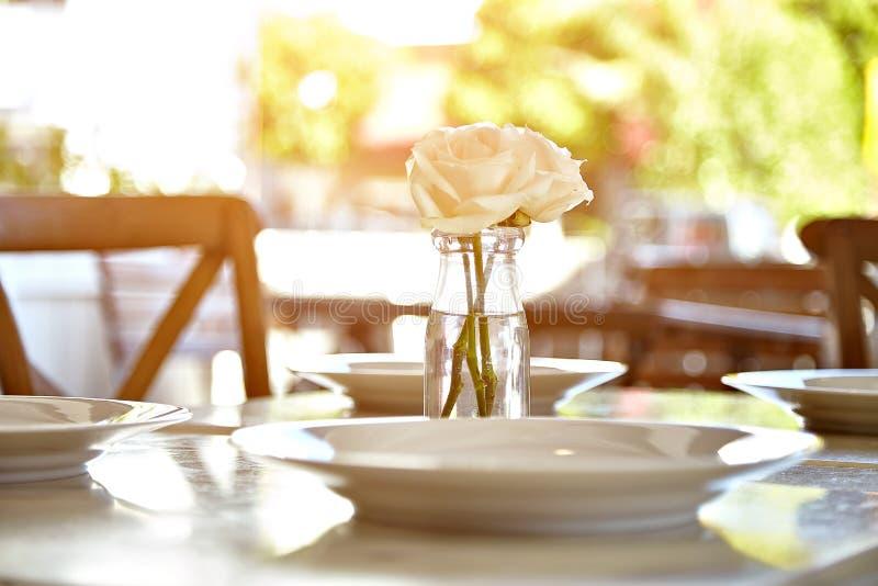 Tabella servita al caffè del terrazzo di estate fotografia stock libera da diritti