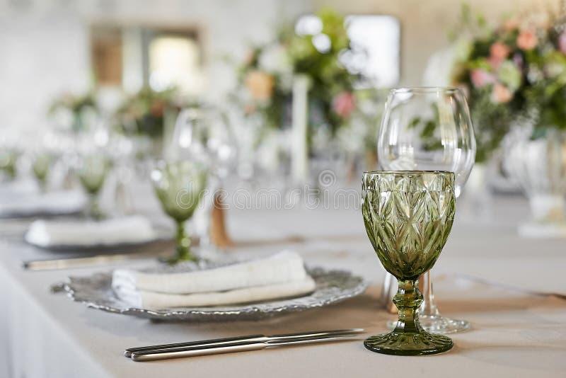 Tabella servita con i vetri, il piatto, le forcelle ed i coltelli Da portare in tavola festivo servito per gli ospiti Tavola di l immagini stock libere da diritti