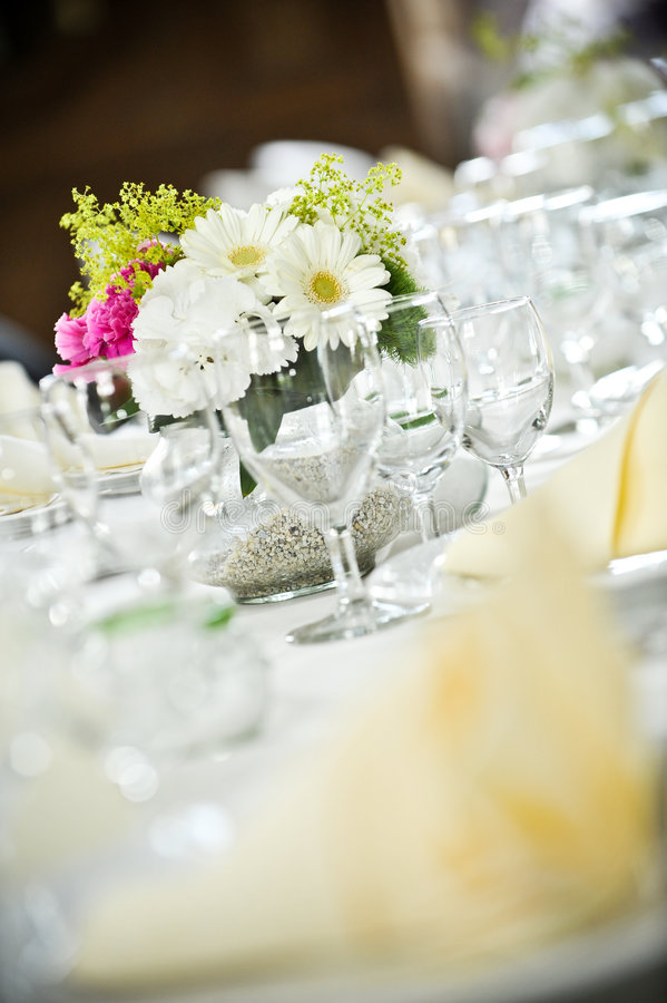 Tabella wedding in modo bello posta immagine stock libera da diritti