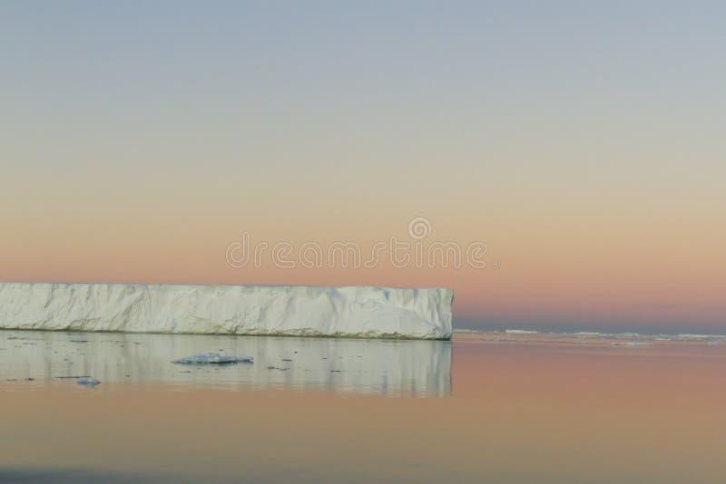 Tabellarischer Eisberg reflektiert im antarktischen Ton lizenzfreie stockfotografie