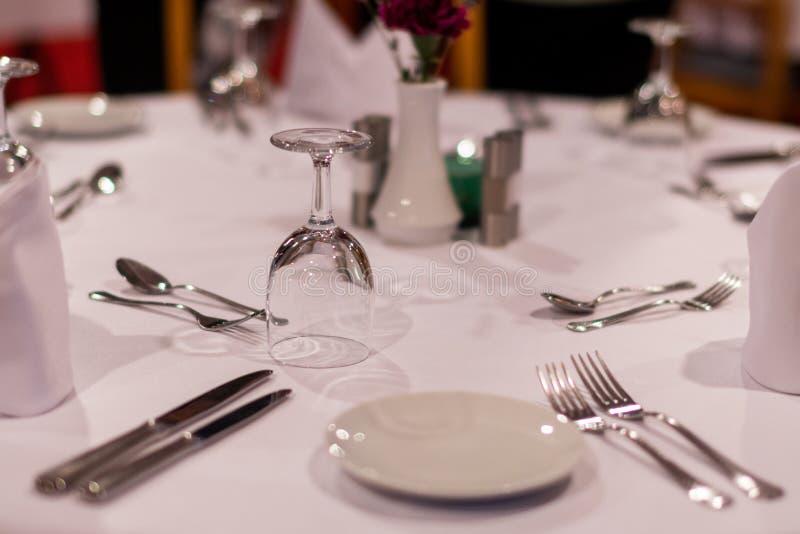 Tabellbest?llning i en restaurang royaltyfri foto