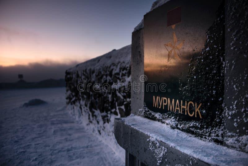 Tabelle übersetzt als ` Murmansk-` nahe Alyosha-Monument, Verteidiger der Sowjet-Arktis während des großen patriotischen Krieges, lizenzfreie stockbilder