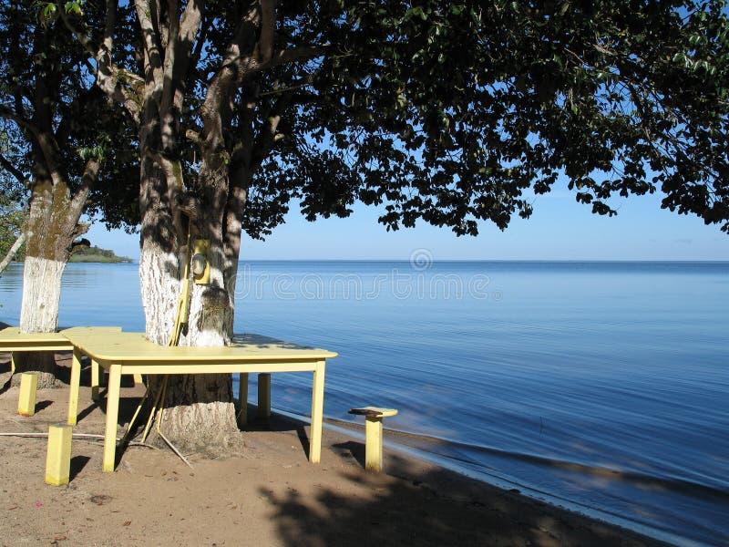 Tabelle auf dem Strand stockbild