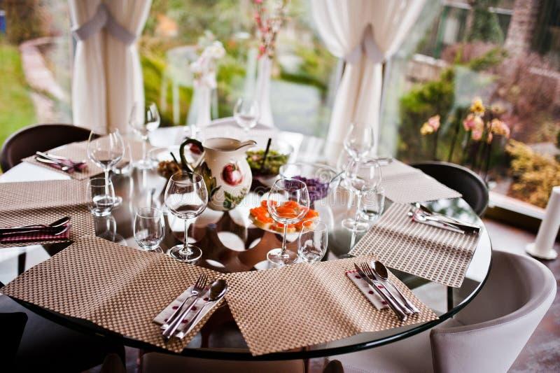 Tabelle auf eleganter befleckter Küche stockfotos
