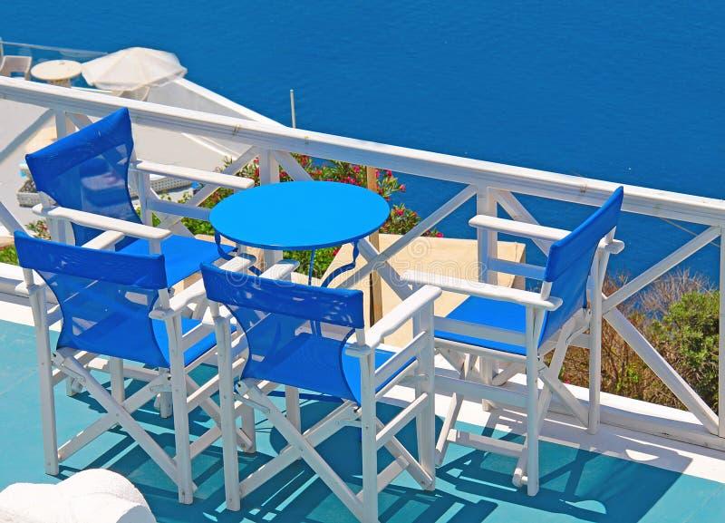 Tabelle auf Unterlassungsmeer der Terrasse in Oia, Santorini, die Kykladen, GR lizenzfreie stockfotos