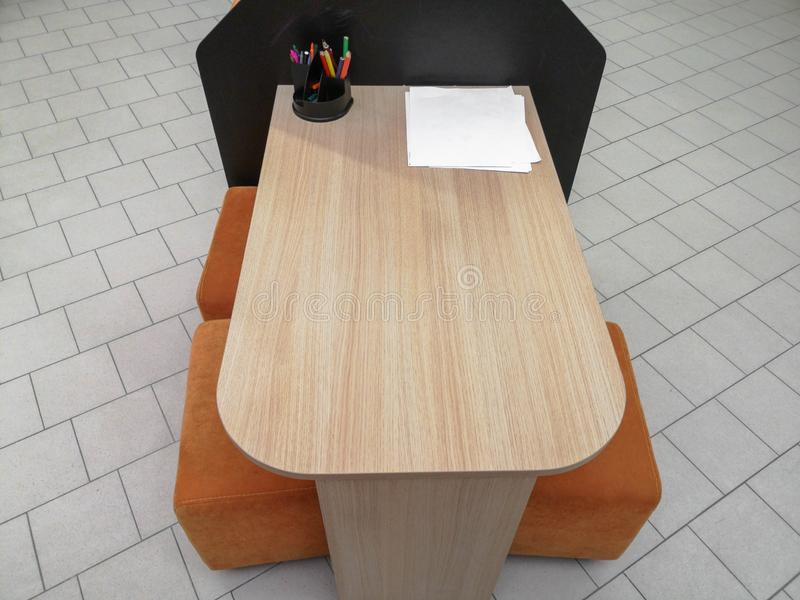 Tabelle con le penne colorate nei disegni dei bambini dell'aula della scuola sulla parete Nessuna gente Movimento lento La tavola fotografie stock