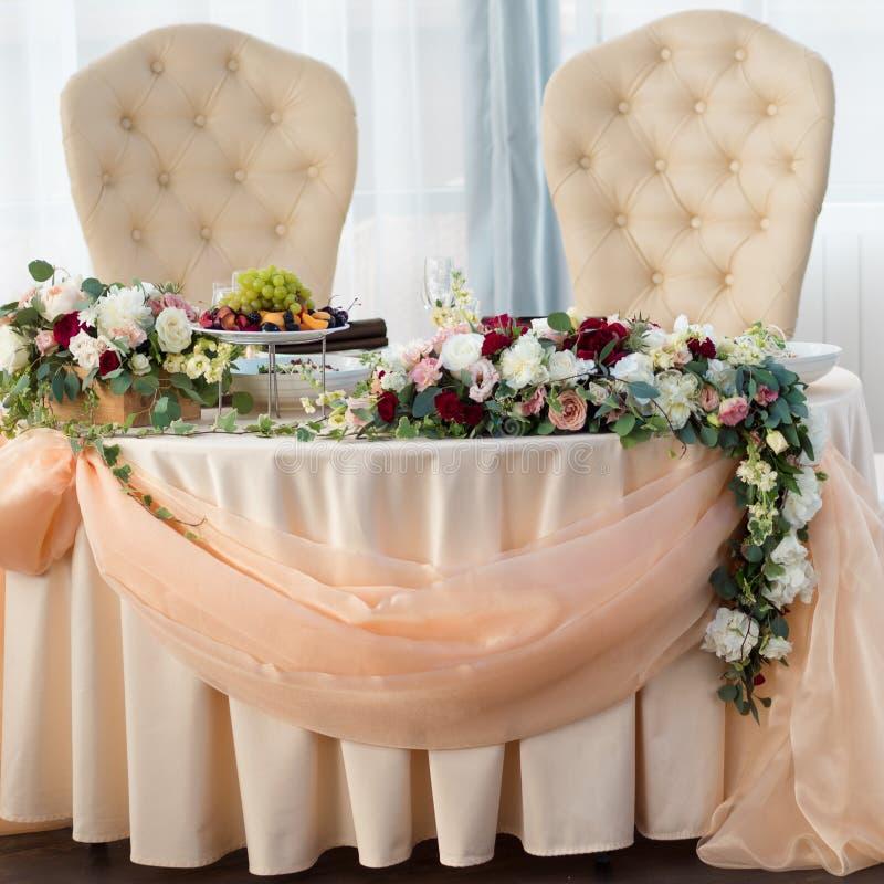 Tabelle der Braut und des Bräutigams im Restaurant Hochzeitsdekor, Blumen lizenzfreie stockbilder