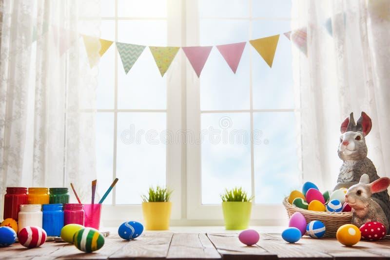 Tabelle, die für Ostern verziert stockbild