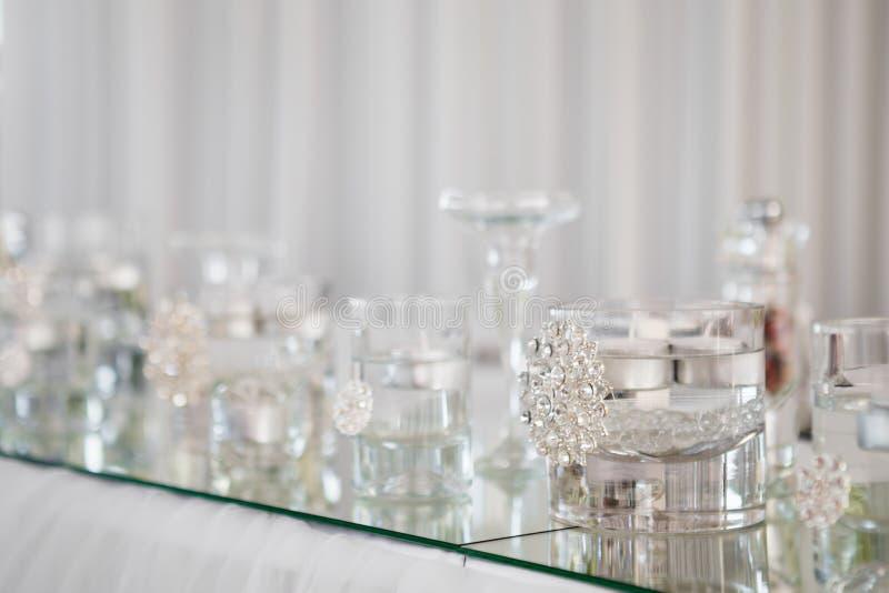 Tabelle diente für Jungvermähltenabendessen im Restaurant stockfotografie