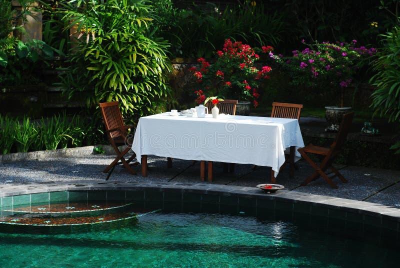 Tabelle durch das Pool stockfotos