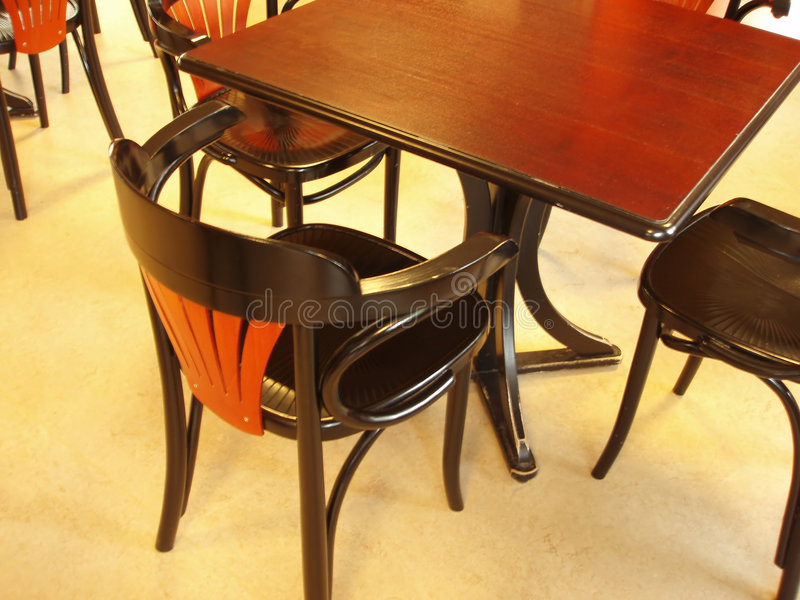 Tabelle e presidenze di Café immagini stock libere da diritti