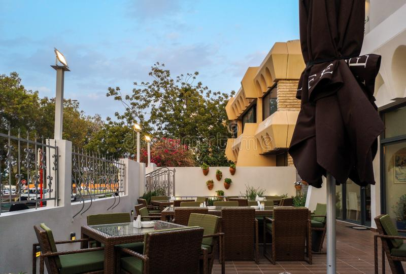 Tabelle e sedie ad un caffè all'aperto accogliente ed elegante del ristorante - in Abu Dhabi, UAE fotografia stock