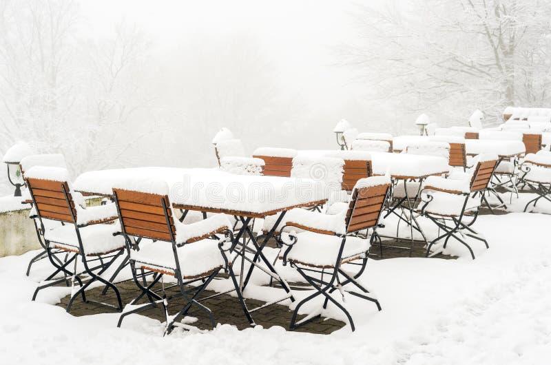 Tabelle e sedie coperte in neve fresca fotografie stock libere da diritti