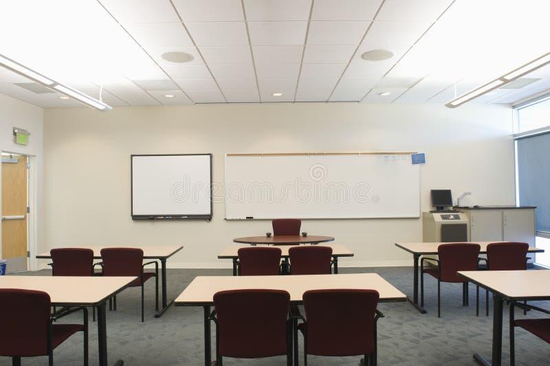 Tabelle e sedie nella stanza di seminario fotografie stock libere da diritti