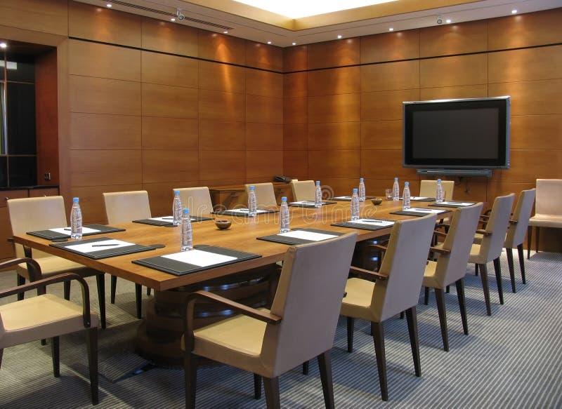 Tabelle in einem Konferenzsaal stockfotografie