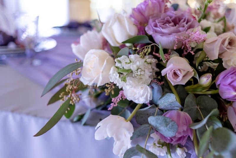 Tabelle eines Bräutigams und der Braut Hochzeit floristics mit Betonung auf lila Blumen lizenzfreie stockfotografie