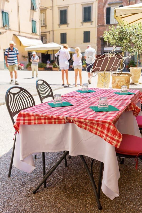 Tabelle eines Straßenrestaurants in einer italienischen Stadt stockfotografie