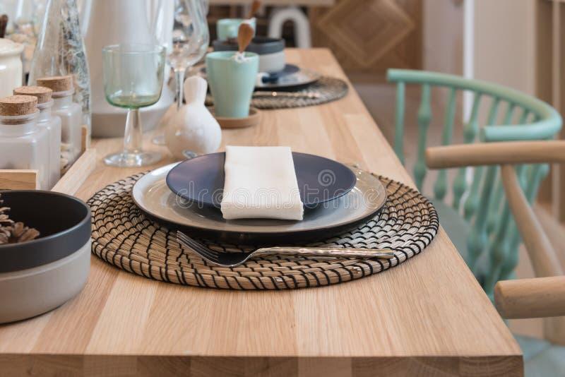 Tabelle eingestellt auf hölzernen Speisetisch stockfotos