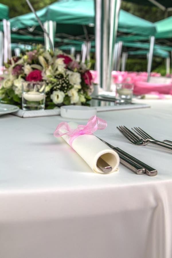 Tabelle eingestellt für eine Hochzeit lizenzfreie stockbilder
