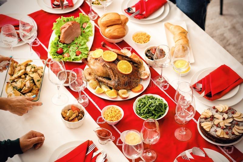 Tabelle eingestellt für festliches Weihnachtsessen lizenzfreies stockfoto
