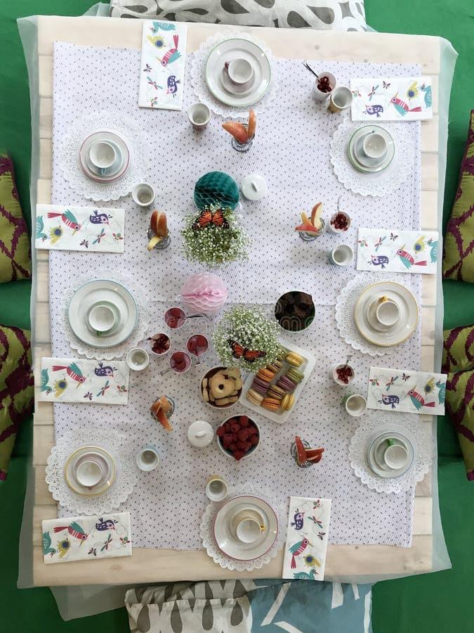 Tabelle eingestellt für Teezeit lizenzfreie stockbilder