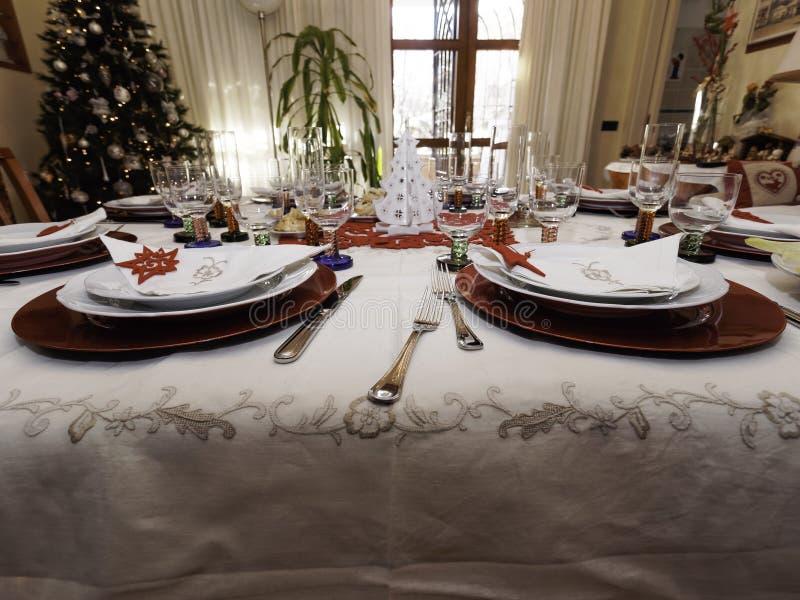 Tabelle eingestellt für Weihnachtsabendessen lizenzfreies stockbild
