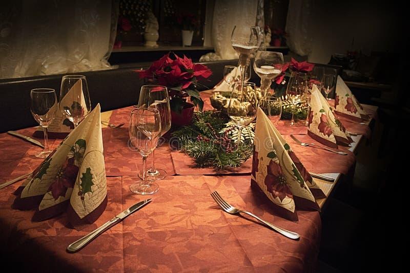 Tabelle eingestellt für Weihnachtsfamilienkonzept lizenzfreie stockfotografie